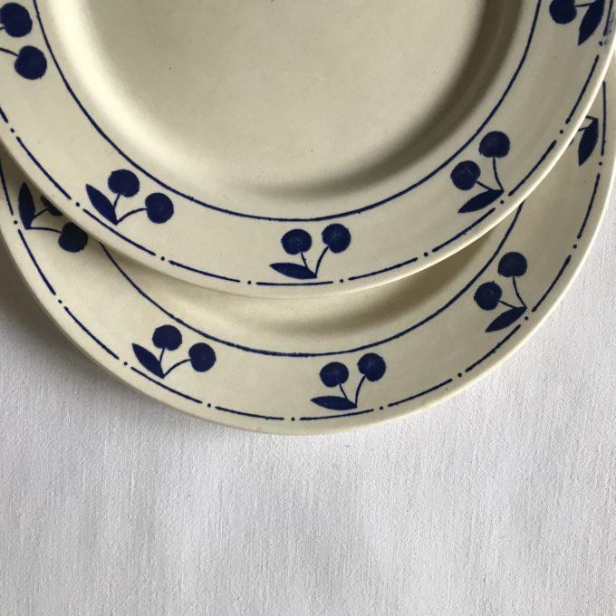 Assiettes à motifs cerises bleues