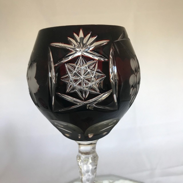 Six verres en cristal coloré