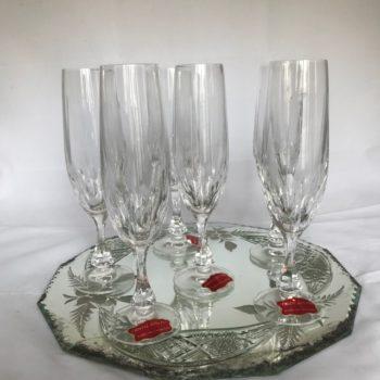 Six flûtes à champagne en cristal taillé
