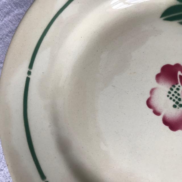 Quatre assiettes en faïence fleurie