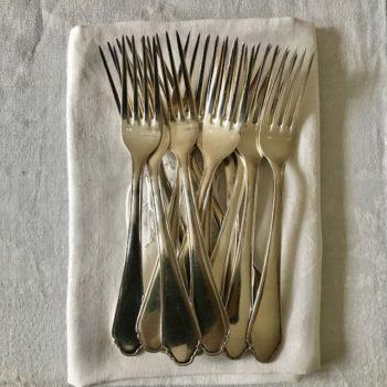 Douze fourchettes en metal argenté