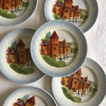 Six assiettes à dessert décor château fort