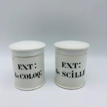 Deux petits pots à pharmacie en porcelaine