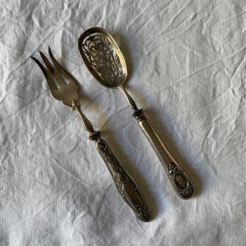 Cuillère à saupoudrer et fourchette dépareillée