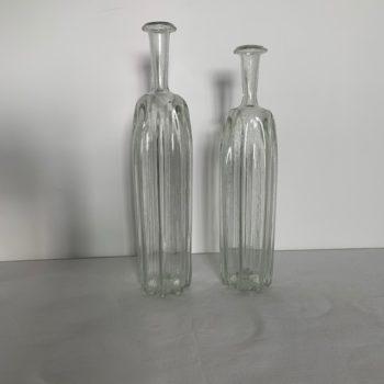 Deux bouteilles en verres soufflé