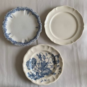 Trois assiettes à bords chantournés