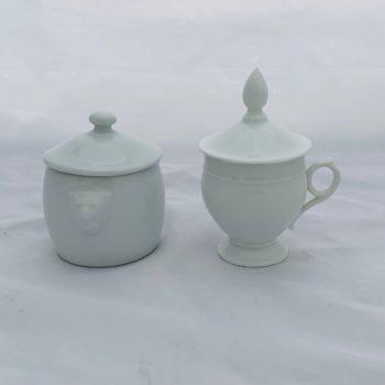 Deux pots en porcelaine