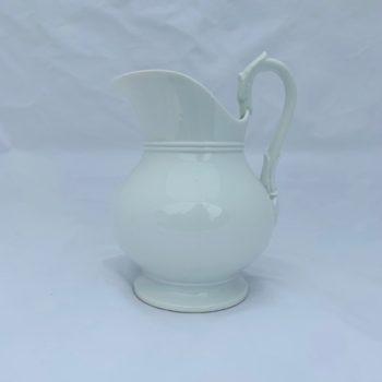 Broc en porcelaine blanche