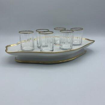 Plateau et porcelaine et six petits verres
